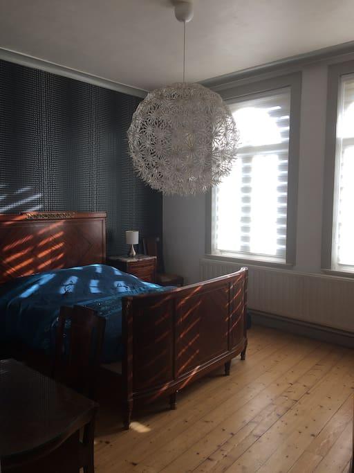 Tweepersoonskamer met zicht op toren St-Walburga. Chambre Lit Queen-Size (lit 2p), vue tour St-Walburga. Double room Queen-size bed with view on St-Walburga belltower.