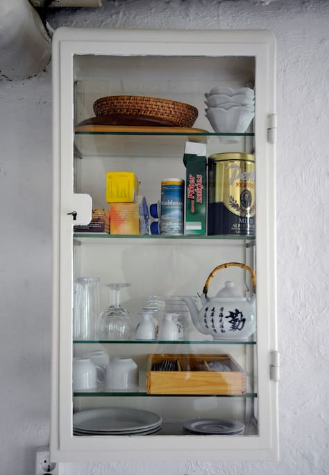 Alles om koffie of thee te zetten is in dit antieke medicijnkastje te vinden