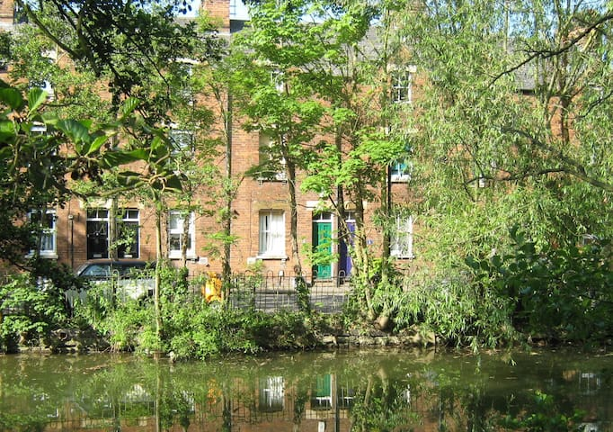 Central  Oxford Canalside house