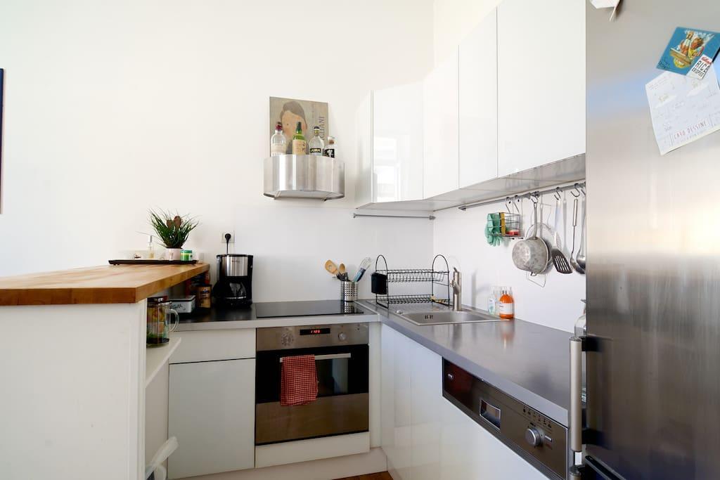 Coin cuisine équipée: plaques à induction, réfrigérateur, cafetière, toaster...