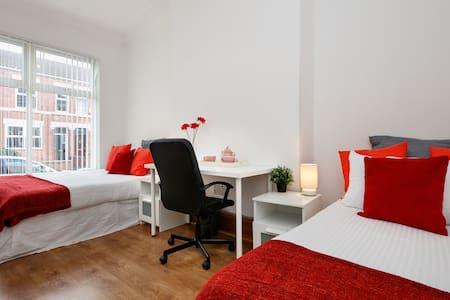 Old Trafford Super Large Bedroom - Stretford - Dom