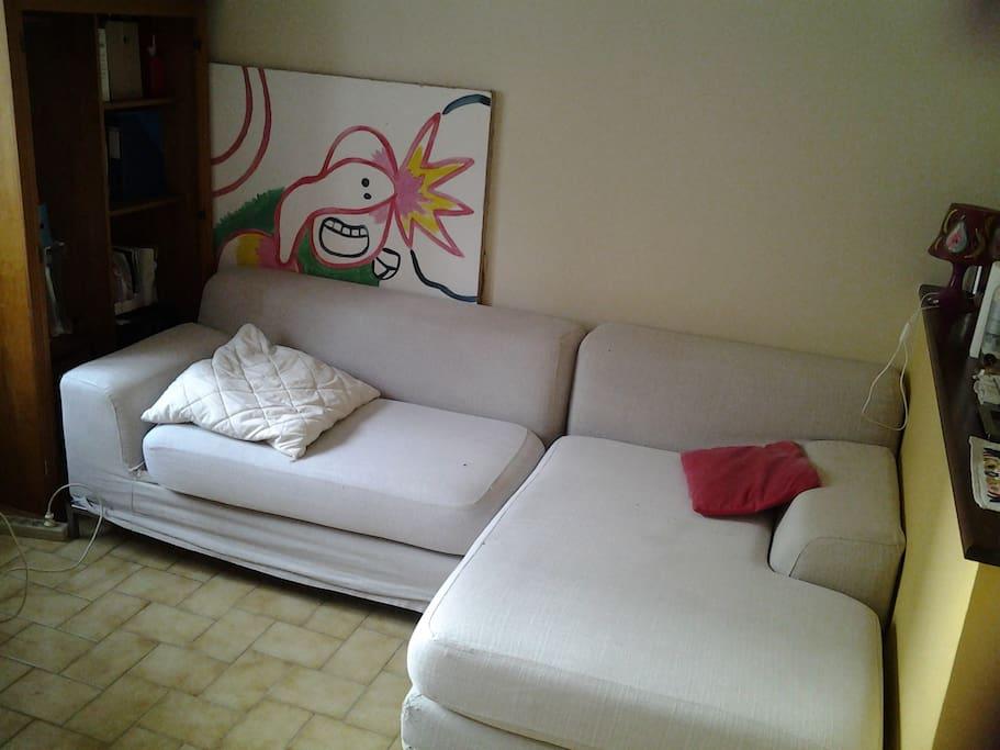 Pièce de vie avec cuisine, grande table, petite table basse, chaises, fauteuil, bibliothèque et ce canapé très confortable pour une personne.(Et il y a 2 matelas en plus)