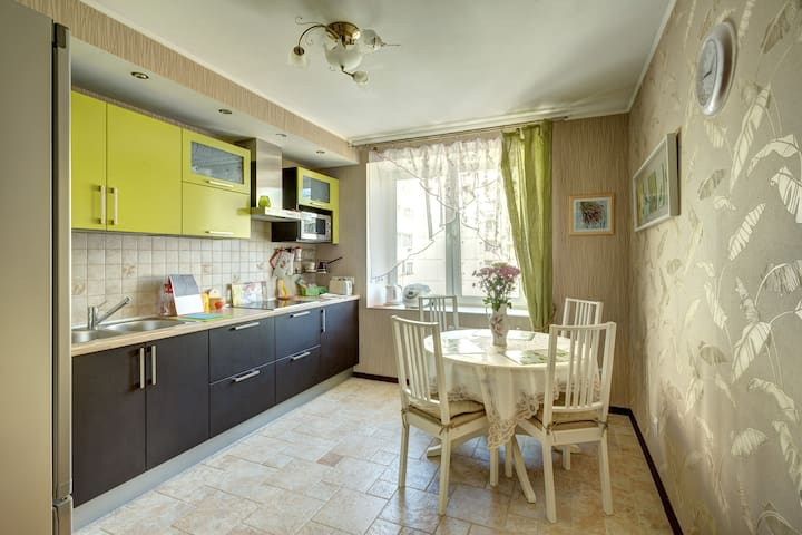 Cosy flat with nice atmosphere near the metro. - Sint-Petersburg - Appartement