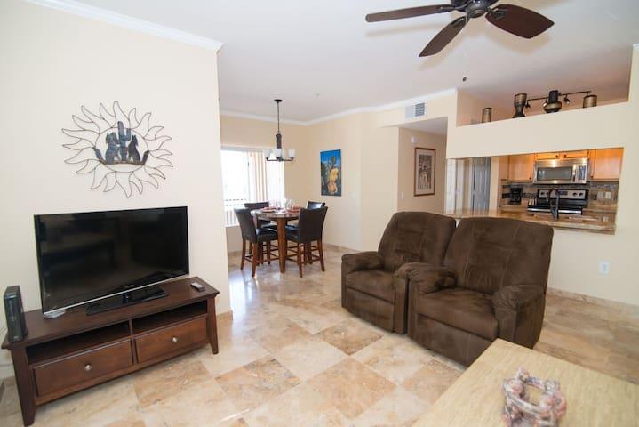 Modern, Impeccable, and Convenient - Phoenix - Condominium