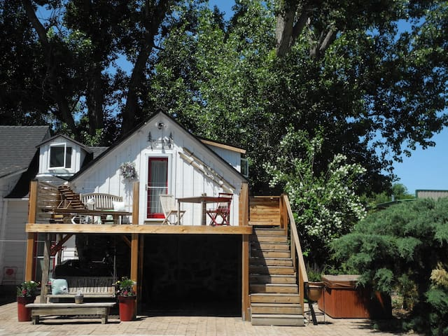 Private Tahoe COTTAGE with HOT TUB- we got SPRING! - Gardnerville - Houten huisje