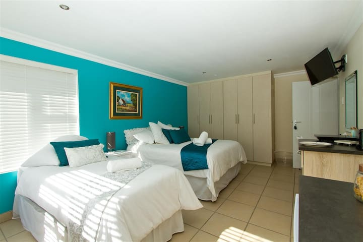Family room 03 - queen and single beds