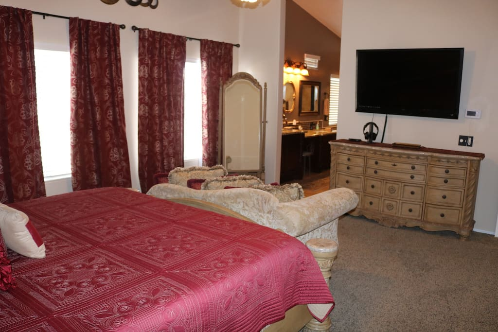 Bedroom # 1 (Upstairs): Master Bedroom with Luxury Master Bath Tempurpedic memory foam bed that is adjustable