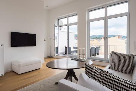 Zimmer mit Bad und Balkon - Casa adossada