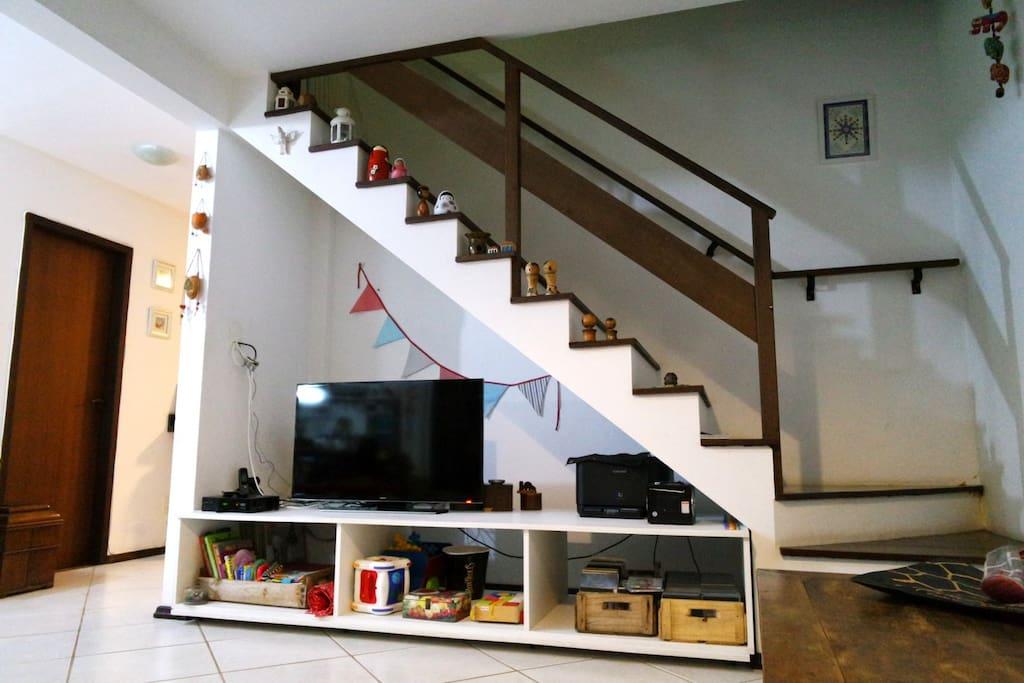 Sala com TV à cabo