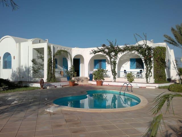 Belle villa avec piscine à Guechiine Djerba - Oualegh - House