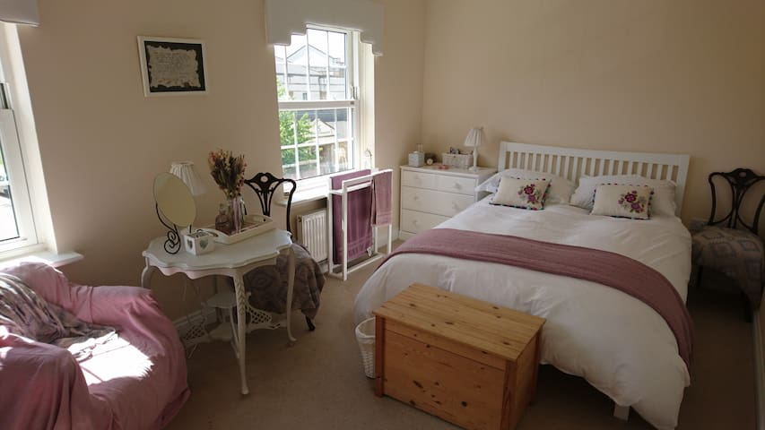 Pretty, Private Large Double Room and Bathroom