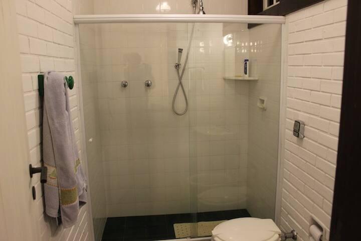 O banheiro da suíte Alazani