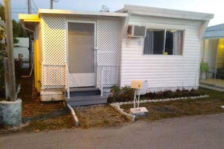 small house , mobile home