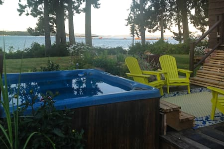 Queenfisher - Oceanfront: Emerald Room - Courtenay