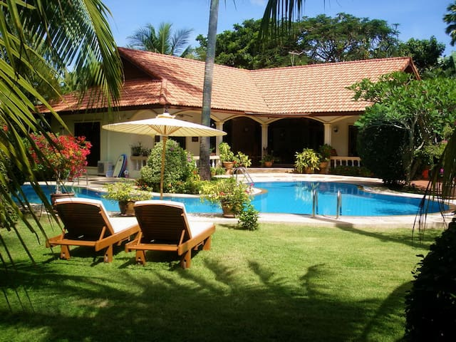 """Coconut Bay"" Fabulous Spacious 4 Bedroom private"