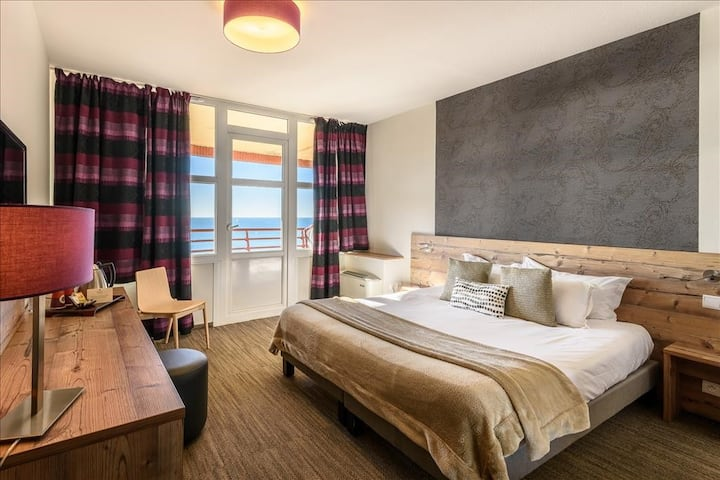 Nice room with lateral view on the ocean (B&B)