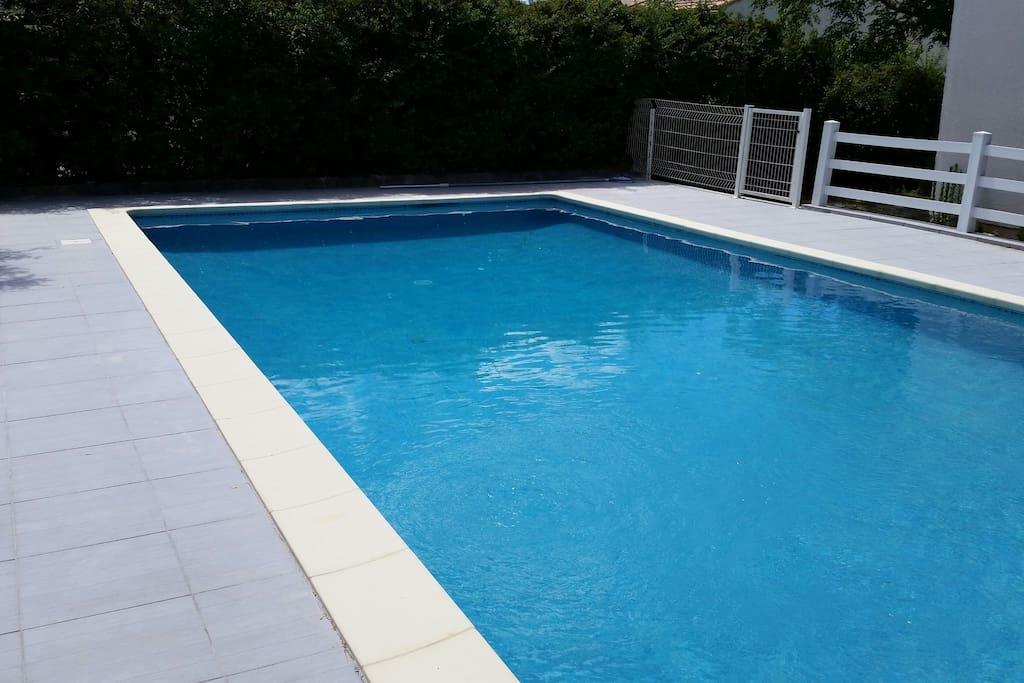 Maison spacieuse avec piscine houses for rent in saint for A la piscine translation