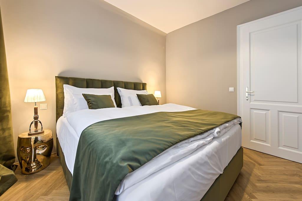 Schlafzimmer mit handgemachtem Boxspringbett