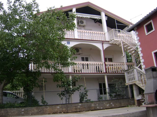 Apartment for 2+2 persons in Gornji Karin R79437