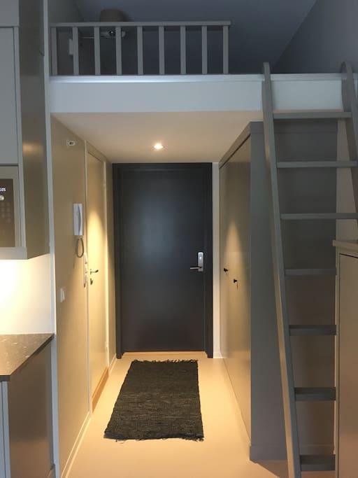 Inngangsparti med god skapplass. Over ser du en hems der det er plass til en person for å sove