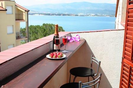 Beach front apartment with balcony - Arbanija