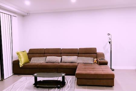 brandnew house good location sharehouse全新别墅住8人交通方便 - Toongabbie - Dom