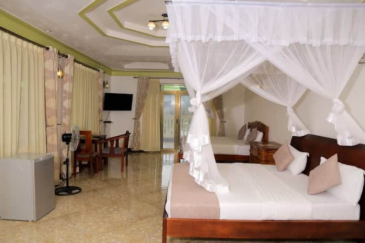 Spacious rooms,Lakeview, privacy,explicit meals.