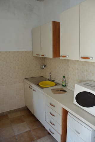 Kitchen, with oven, microwave, sink and refrigerator