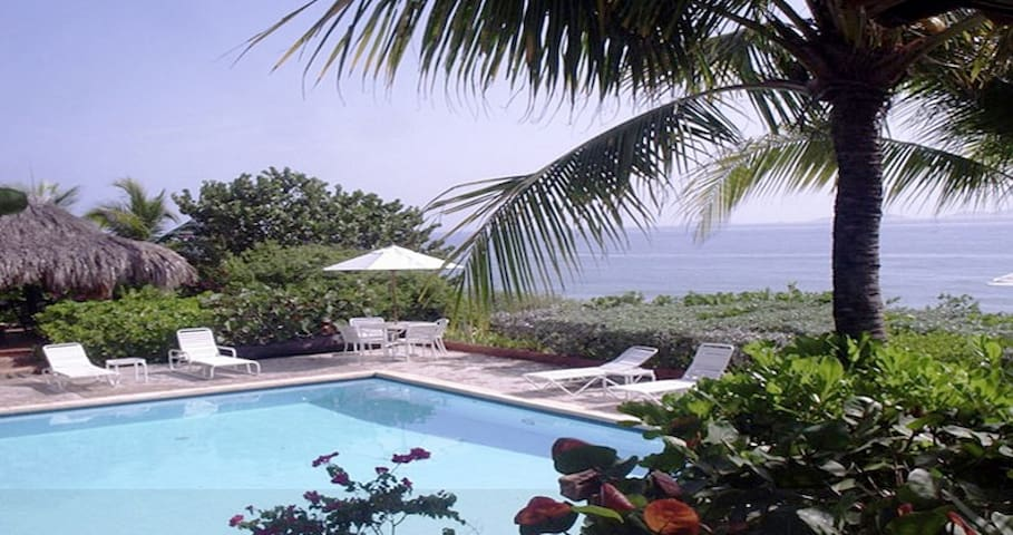 600 m2 4bd/4ba villa on the water;