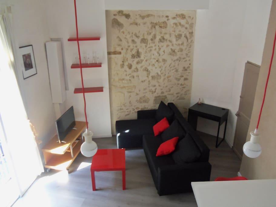 Vue de la mezzanine sur le salon. Canapé convertible 2 places (draps en option, 10 €)