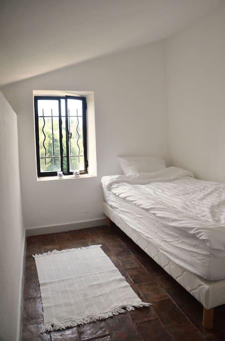 Lilla sovrummet med två enkelsängar.