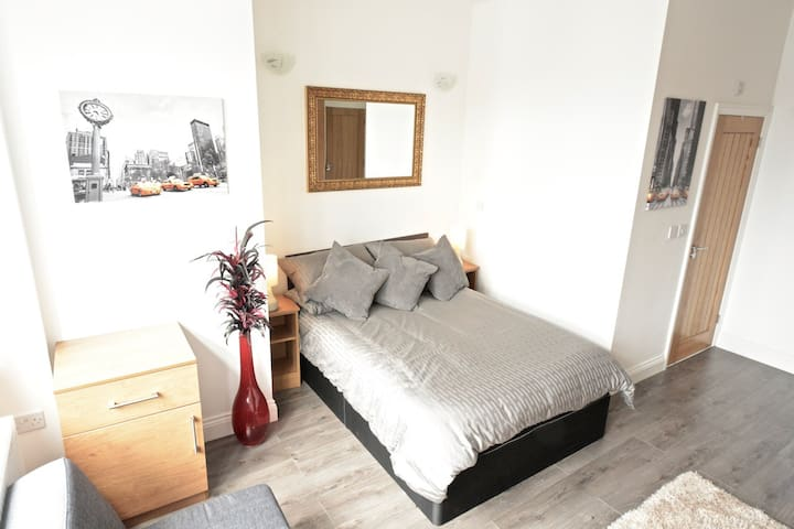 Modern Apartment, Double Room + Private Bath - Isleworth - House
