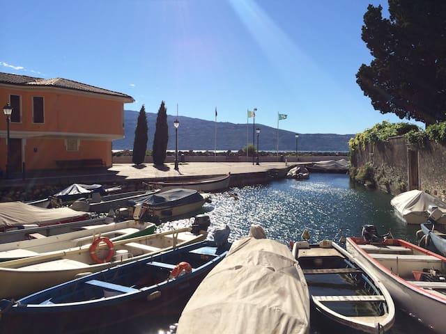 Il porticciolo,  loft fronte lago con vista unica