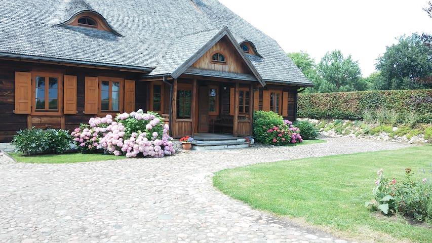 Duży, drewniany dom w ogodzie