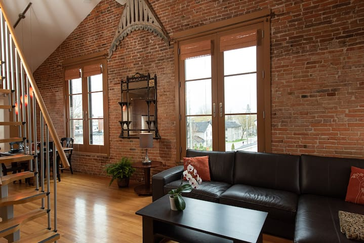 Historic Loft style Apartment Downtown Kingston