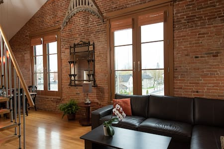 Historic Loft style Apartment Downtown Kingston