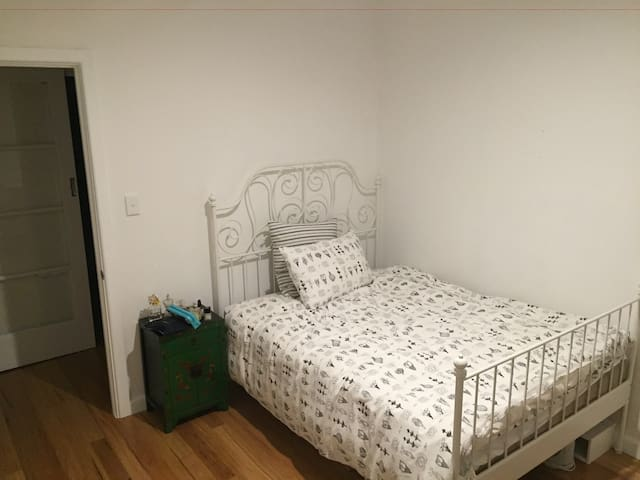Bright, spacious room in Oakleigh - Oakleigh South - Casa