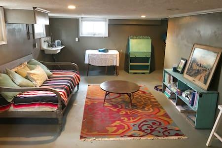 Studio Space in Cozy Gardener's Cottage - Maplewood - Ház