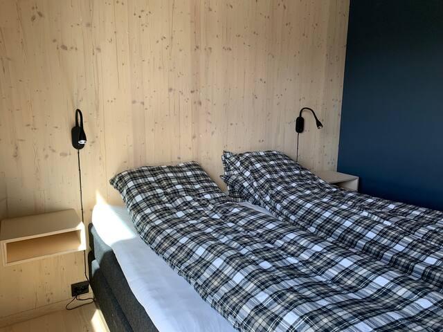 Dobbelseng 180x200 cm seng med usb i vegglampene
