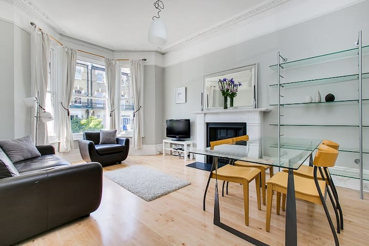 Sunny, Spacious & Stylish West Kensington Flat - Londyn