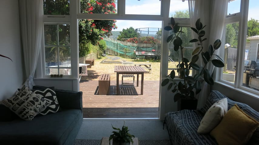 Sunny, spacious home, 3 mins from airport