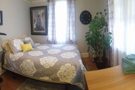Cozy bedroom in a quiet home - Dom