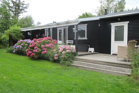 Skønt og hyggeligt sommerhus med stor solrig have - Hundested - Srub
