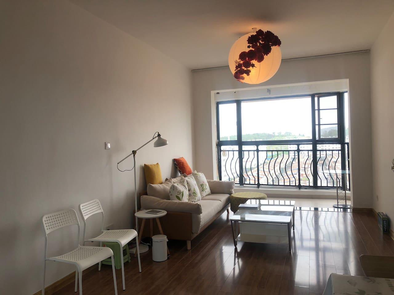 客厅,配备沙发,读书落地灯,茶几等。同时多USB充电器,方便您手机,IPAD,充电宝等设备充电。