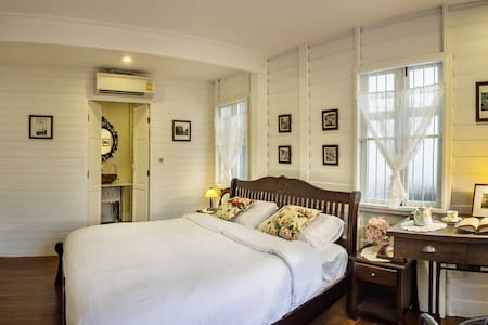 Peaceful Superior room in 77 years old house - Bangkok - Bed & Breakfast