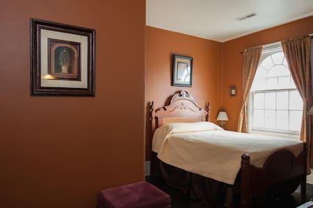 Central West End Historic Home- Orange Room - 獨棟