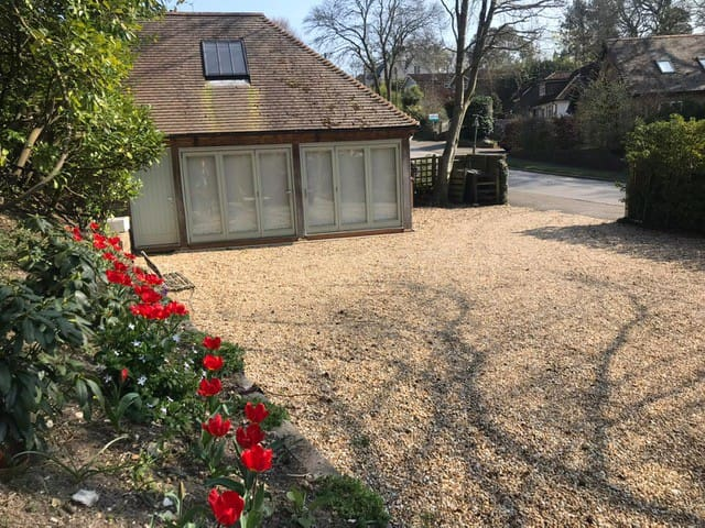 Bright garden studio with private parking