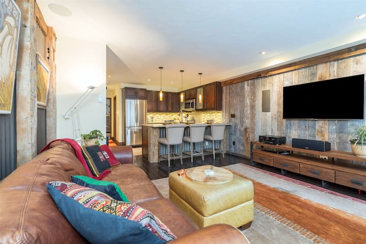 Stylish & charming downtown flat with Town Park stage views. Recently updated and perfectly located.