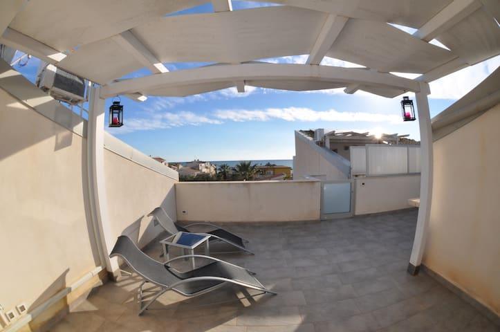 Terrazzo con solarium e barbeque.