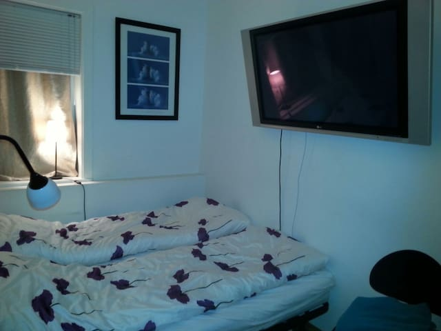 Small cozy room, city center, WIFI!